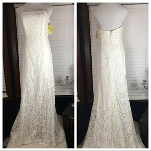 Dessy/Sandals Ivory Lace Wedding Gown size 6 NWT